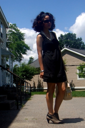 Betsey Johnson sunglasses - Baroque necklace - Juicy Couture dress - Marino Orla