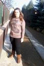 Bronze-humanic-boots-black-jeans-camel-t-shirt