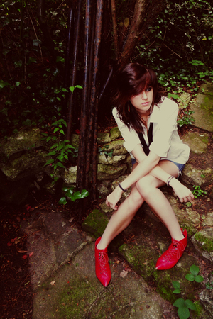 now the angels wanna wear my red boots.