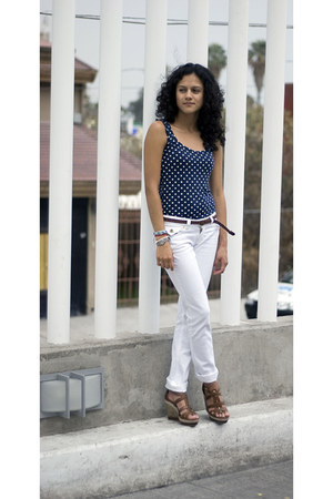 polka dot shirt - white pants - brown leather wedges