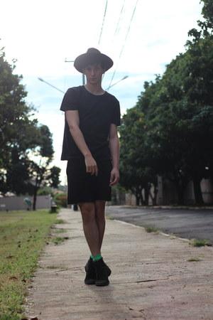 black velvet asos hat - black street style Urban Outfitters shorts