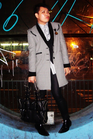 Topshop coat - Hardie Amis shirt - Peter Werth vest - H&M jeans - Hugo Boss acce