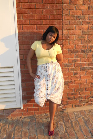 floral cotton on skirt - purple pumps - yellow t-shirt - necklace