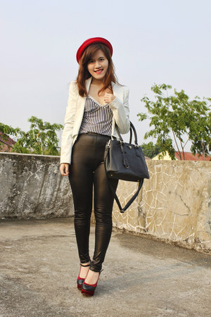 black leather keepitchic leggings - red hat - white leather Stradivarius blazer