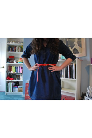 navy denim dress - red leather belt