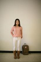 white skiny Levis jeans - brown backpack kanken bag