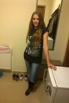 t-shirt - boots - jeans