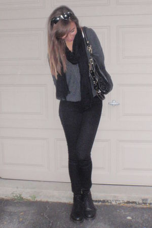 black Ray Ban sunglasses - gray free people sweater - black American Eagle jeans