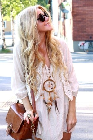 brown necklace - off white vest