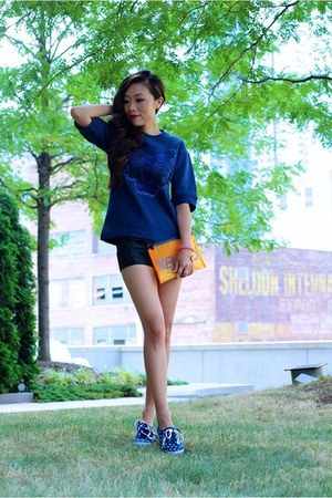 Kenzo Sweatshirt sweatshirt - Kenzo clutch bag - shorts shorts - Keds sneakers