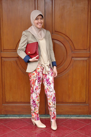 floral print Nikicio Femme pants - Zara blazer - ciciero bag