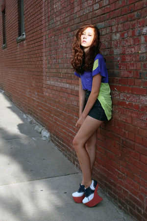 forest green multi buttoned Platos Closet shorts