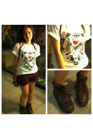 white print Work of local artist t-shirt - dark brown Thrifted boots boots
