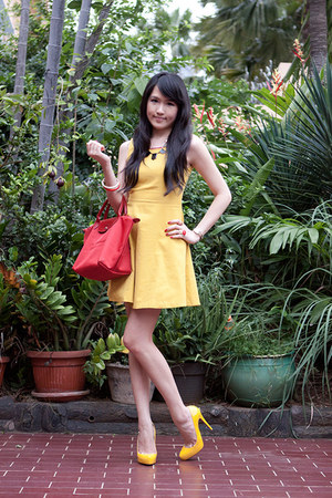 red plantes longchamp bag - yellow Zara dress