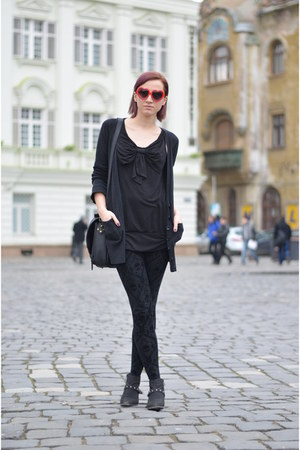 black random boots - black Zara leggings - black H&M shirt - black nowIStyle bag