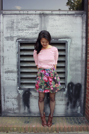 hot pink floral mini Delias skirt - dark brown Steve Madden boots