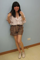 beige H&M blouse - brown H&M shorts - beige Giordano Ladies shoes