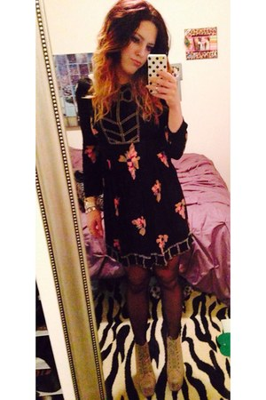 tan shoes shoes - black floral dress Urban Outfitters dress