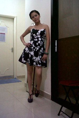 black bought online dress - gray H&M shoes - pink From China earrings - blue acc
