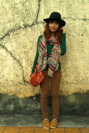 Hang Ten scarf - mustard Ferretti shoes - brown jeans - black f21 hat