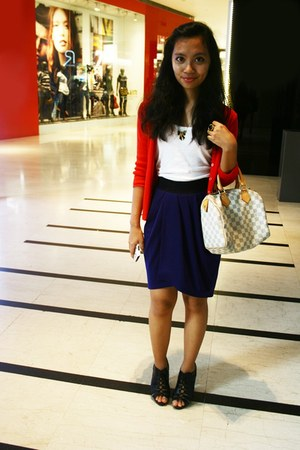 cream speedy Louis Vuitton bag - navy Forever21 skirt