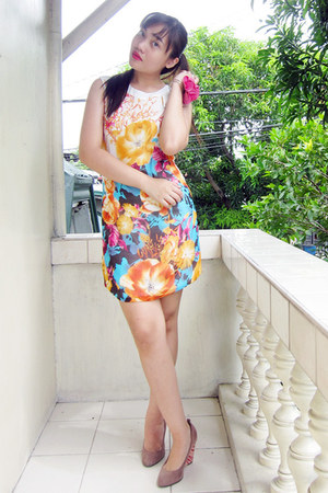 yellow floral dress - light pink heels