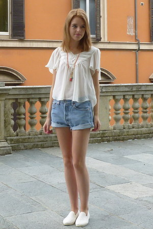 ivory lace flossy flossy shoes - blue Levis shorts