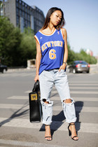 NBA shirt - no brand jeans - oversized tote Sophie Hulme bag