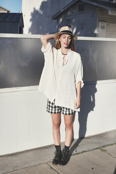 cream silk oversized vintage shirt - black Retro GAP shorts