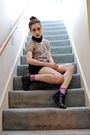 Vintage-scarf-gray-top-black-shorts-purple-socks-black-shoes