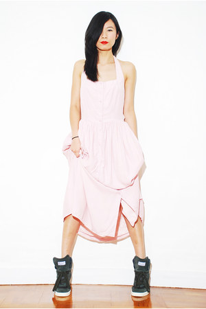 light pink Ezzentric Topz dress - dark green adidas original sneakers