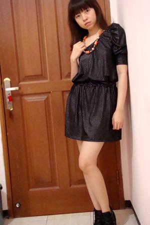 black Zara dress - orange Mango necklace