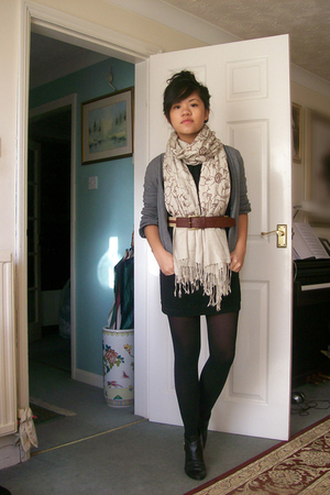 beige scarf - black