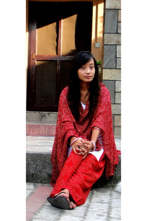 white Kurta top - black flats - red  white Salwar pants