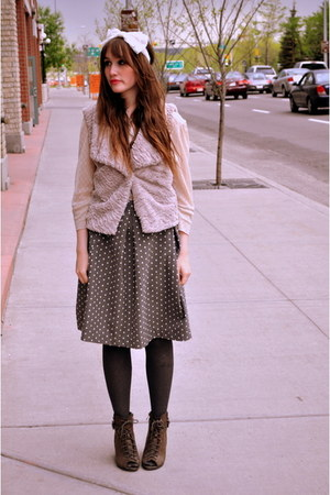 hat - vest - skirt - wedges