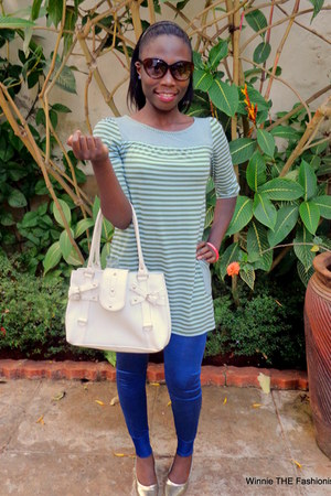 green top - blue leggings - white leather bag - gold lowpointed pumps