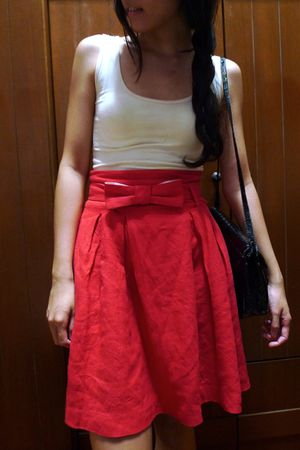 red MNG skirt - beige cotton on top - black vintage accessories