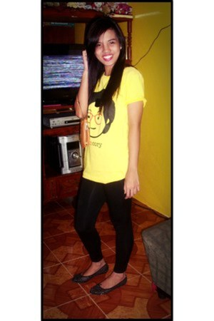yellow cotton spoofs t-shirt - black cotton Zara leggings - black flats