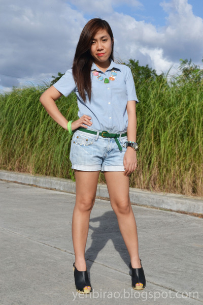 light blue denim Gap shorts - green Just Chic accessories