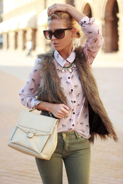 light pink shirt - neutral shoes - army green jeans - neutral bag
