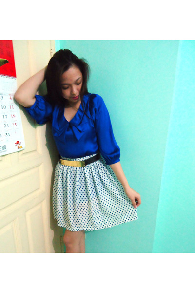 Blue-top-navy-polka-dots-skirt-black-belt_400